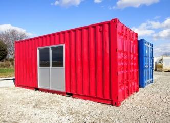 <p>お客様の要望で赤に塗装しました。</p> <p>側面には引き戸を取り付けました。</p>